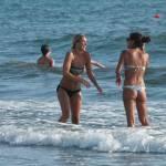 Deborah Roversi, topless in spiaggia e bagno con un'amica09