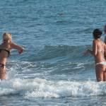 Deborah Roversi, topless in spiaggia e bagno con un'amica07