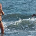 Deborah Roversi, topless in spiaggia e bagno con un'amica06