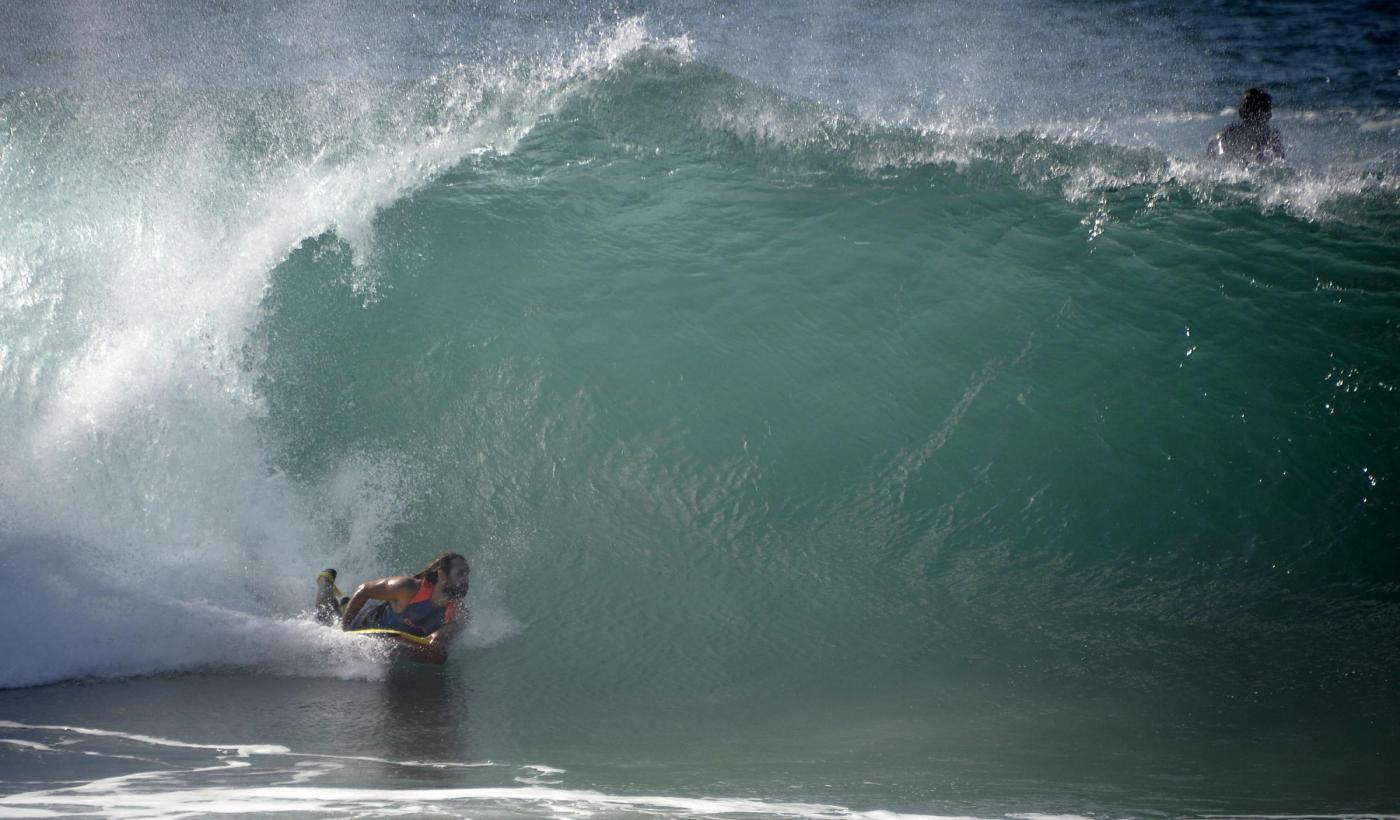 California, onde alte 10 metri: l'uragano Maria non ferma i surfisti08