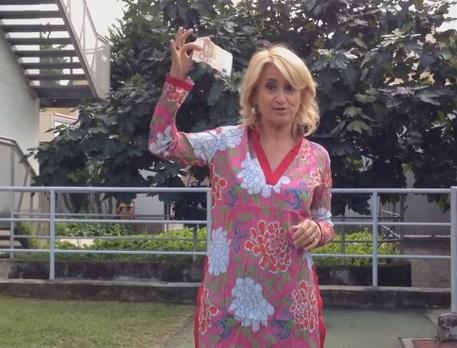 Luciana Littizzetto fa la doccia gelata e dona 100 euro