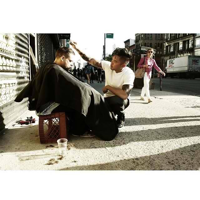 New York: hair stylist taglia capelli gratis ai senzatetto ogni domenica (foto)