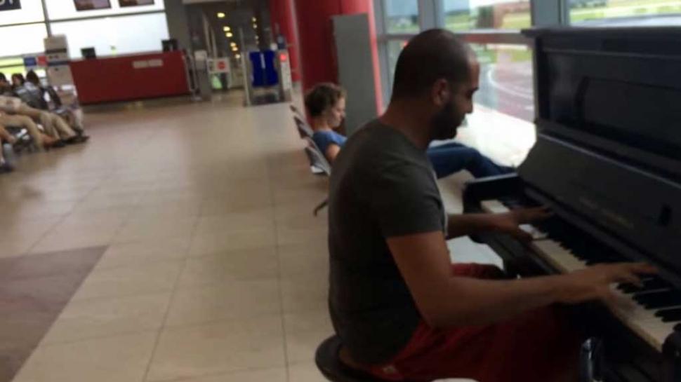 """Praga: pianista suona """"Per Elisa"""" all'interno dell'aeroporto (video)"""