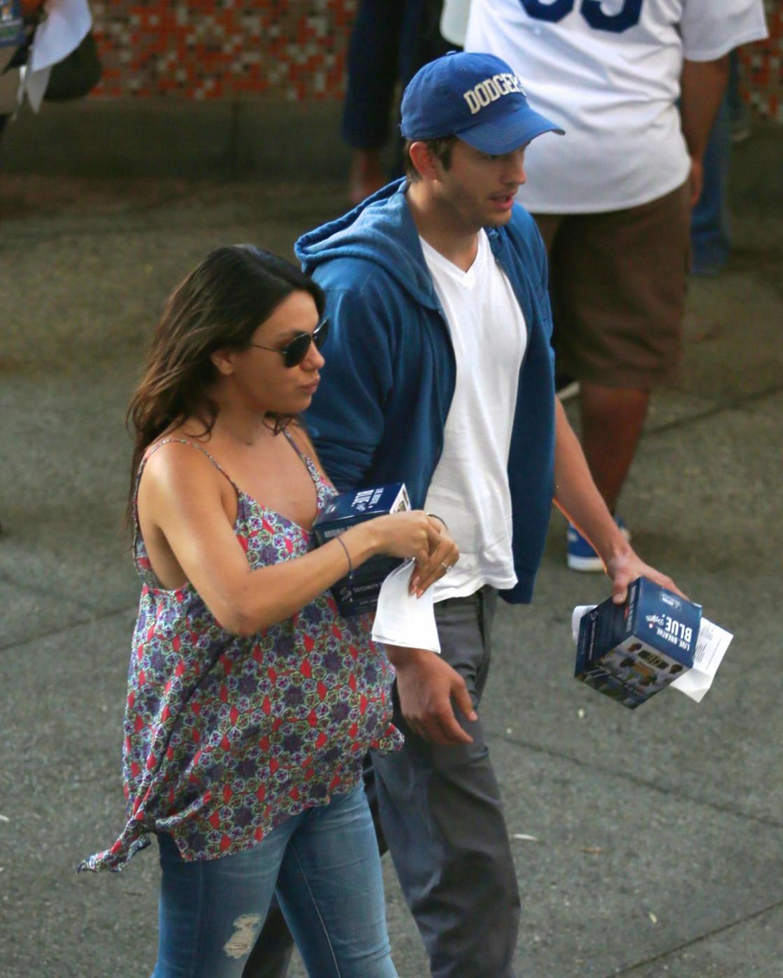 Mila Kunis e Ashton Kutcher insieme allo stadio (foto)
