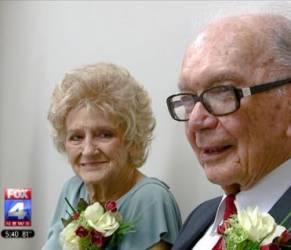 Lui 94 anni, lei 89: colpo di fulmine sull'autobus e decidono di sposarsi (foto)
