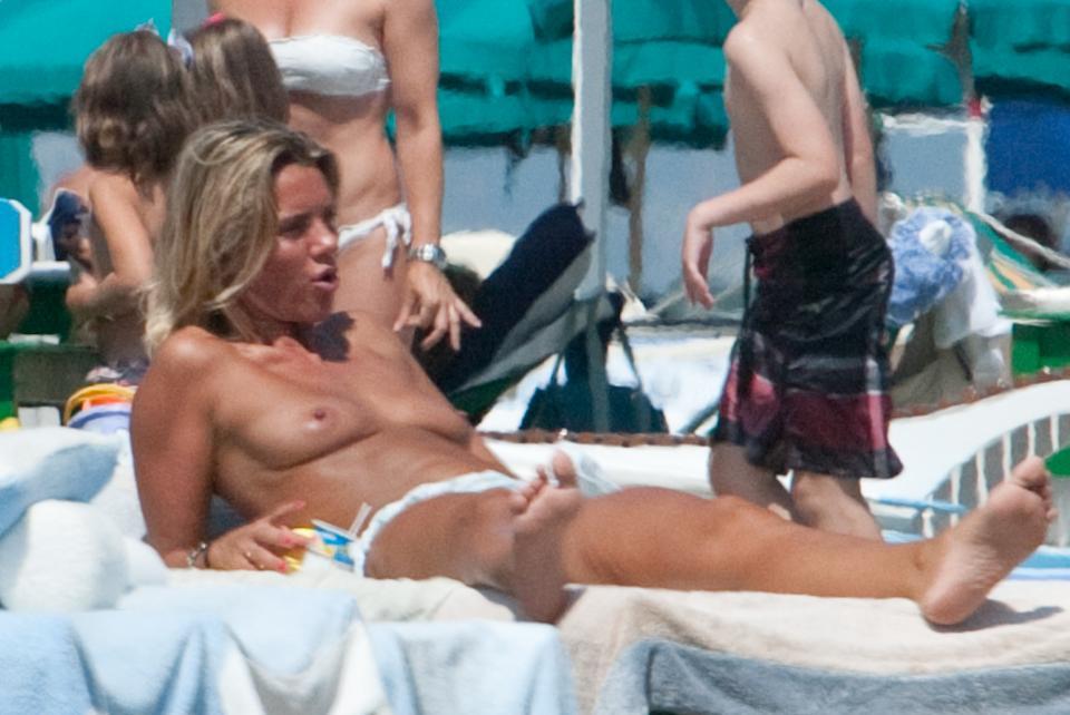 Deborah Roversi, topless in spiaggia e bagno con un'amica02