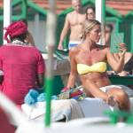 Deborah Roversi, topless in spiaggia e bagno con un'amica01