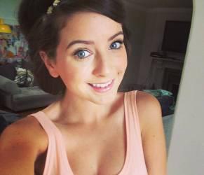 Zoella, star Youtube: milioni di fan seguono i suoi consigli di bellezza (video