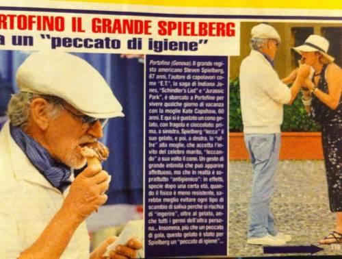 Steven Spielberg lecca gelato e lo offre alla moglie: poca igiene o affetto?