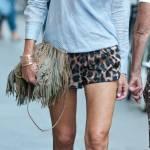 Col passo lento, dinoccolato, Federica Torti si concede una camminata tutta relax in via Montenapoleone. Short leopardati, in tono con le scarpe alte da ginnastica, le gambe nude, la camicia a righe dal collo alto che lasciano intravedere in trasparenza un robusto reggiseno012
