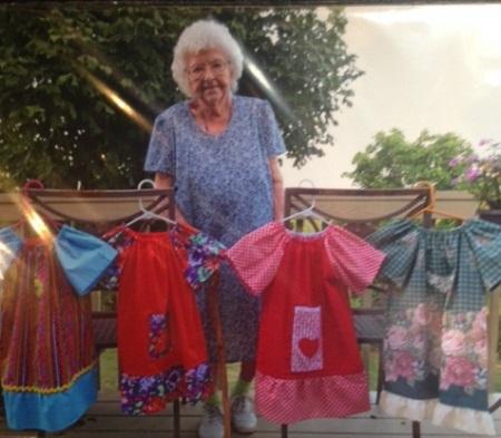 Lillian Weber, 99 anni, cuce un abito al giorno per i bambini in Africa