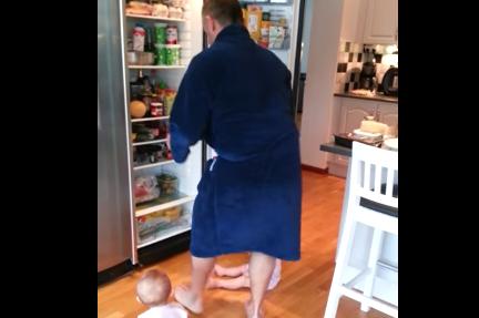 Quanto è difficile preparare la colazione a due gemelle neonate