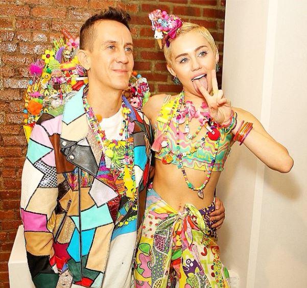 NYFW: Miley Cyrus versione stilista al fianco di Jeremy Scott (FOTO)
