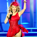 "Kylie Minogue apre ""Kiss Me Once Tour"": l'abito a rossetto è di Dolce&Gabbana01"