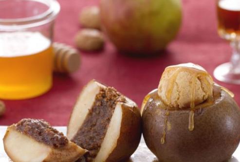Ricette di dolci: pere ripiene agli amaretti con salsa al brandy