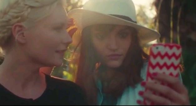 Aspirational, il selfie cancella l'autografo: il corto con Kristen Dunst