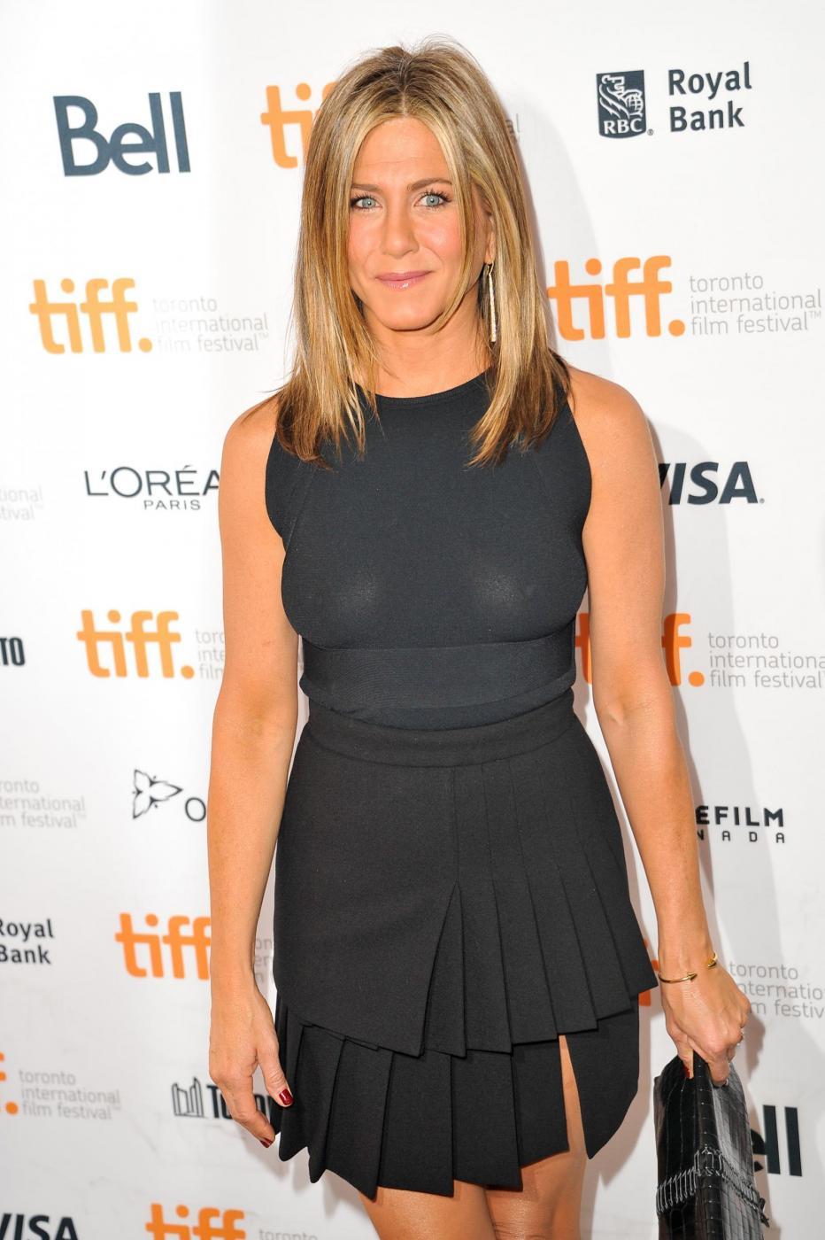 Jennifer Aniston, capezzoli a vista sul red carpet: perchè? (Foto)