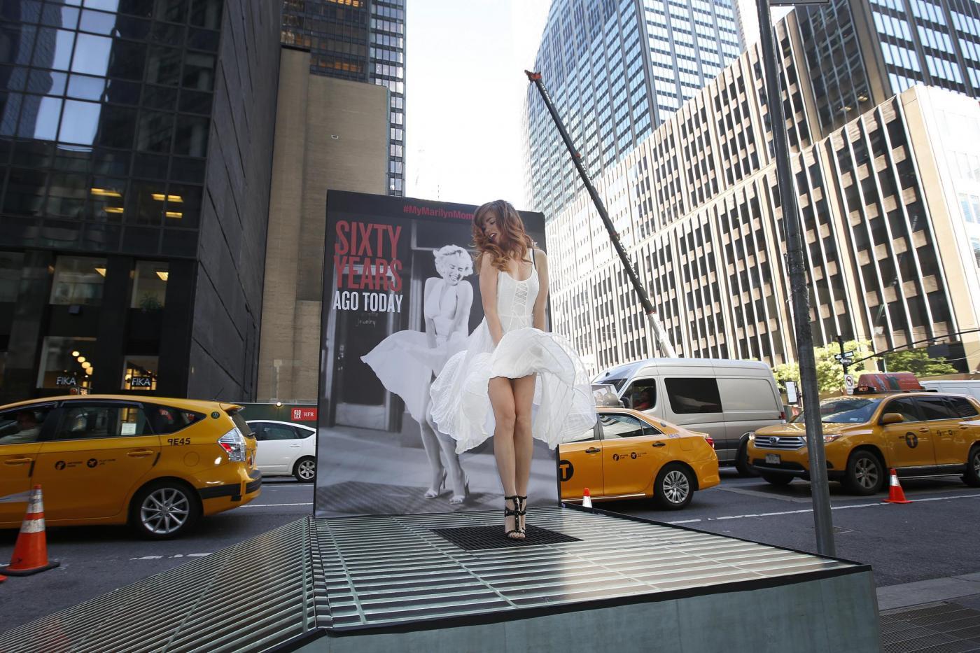New York, tutte in posa come Marilyn Monroe. E la gonna vola su02