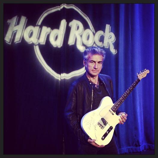 Ligabue dona la chitarra all'Hard Rock Cafè di New York (FOTO)