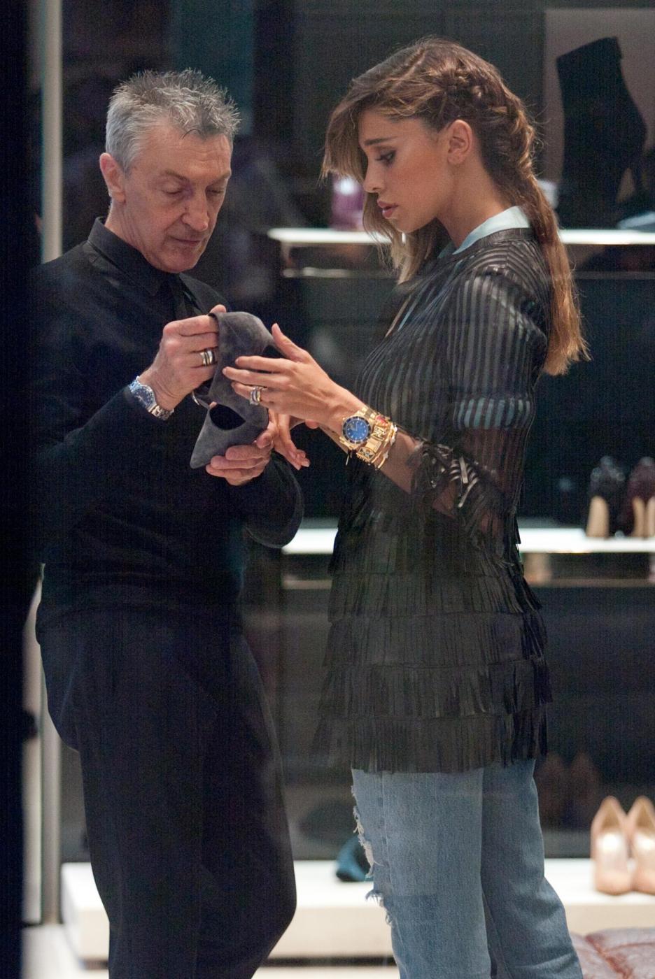Belen e Cecilia Rodriguez, shopping insieme in via Montenapoleone6
