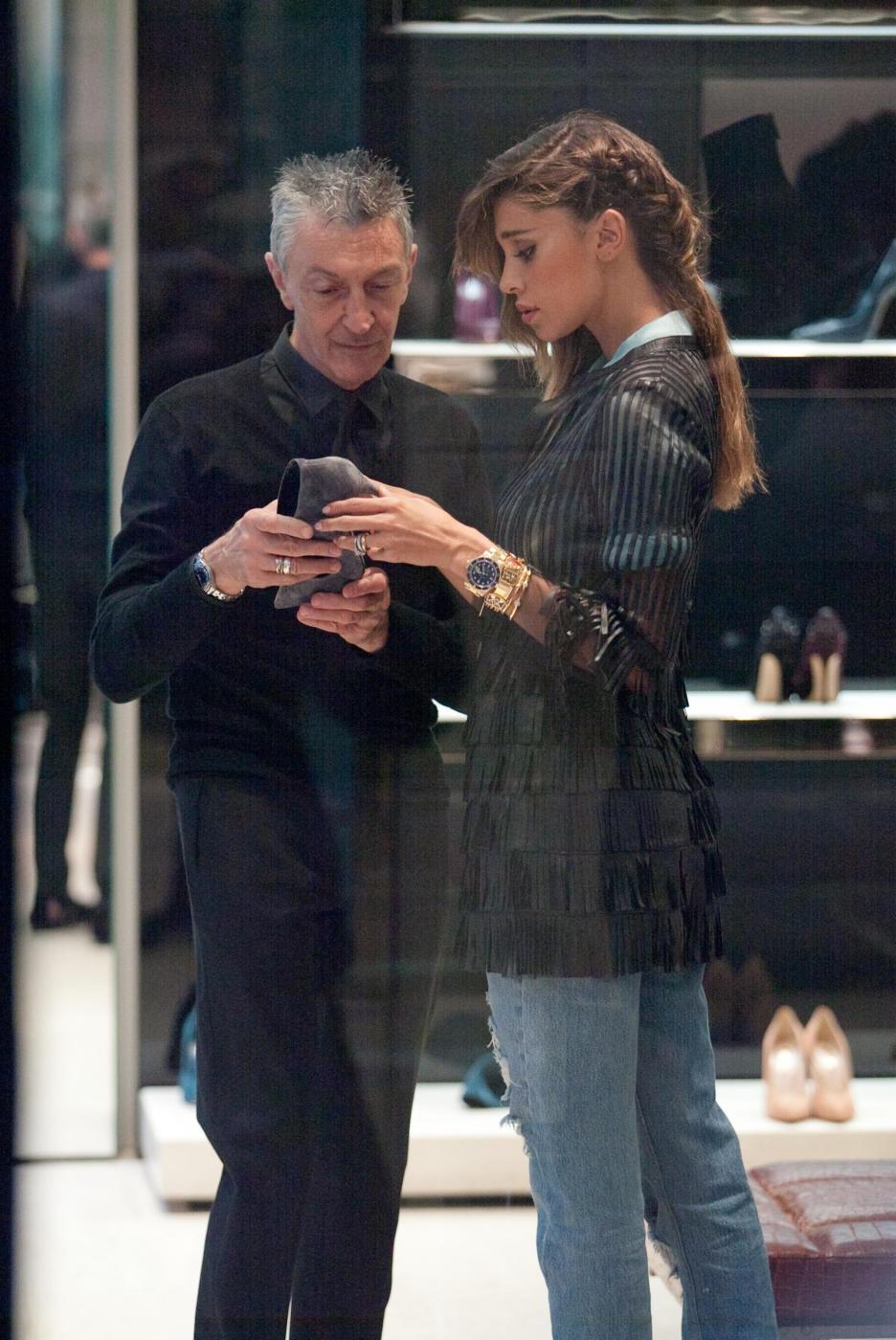 Belen e Cecilia Rodriguez, shopping insieme in via Montenapoleone07