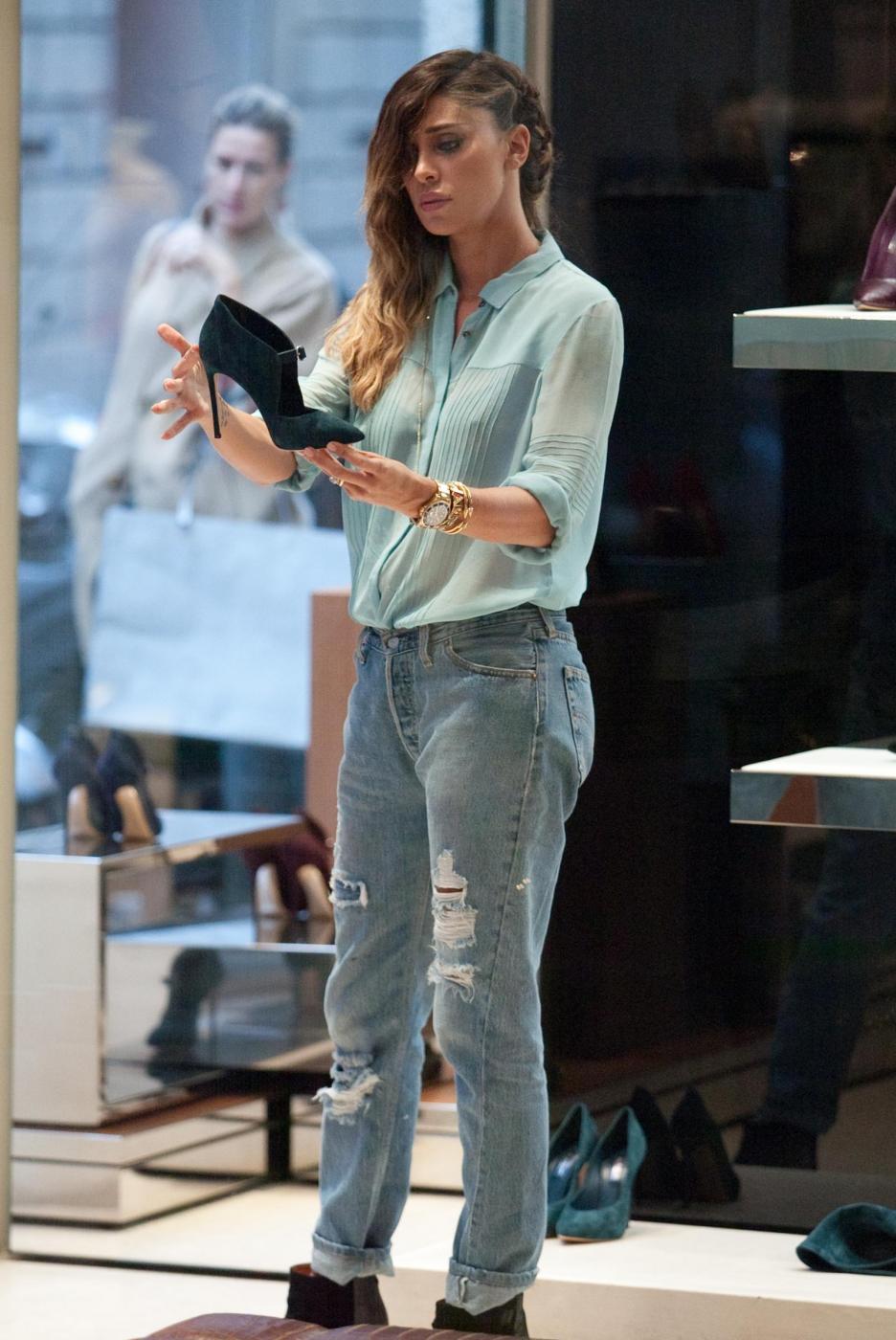 Belen e Cecilia Rodriguez, shopping insieme in via Montenapoleone20