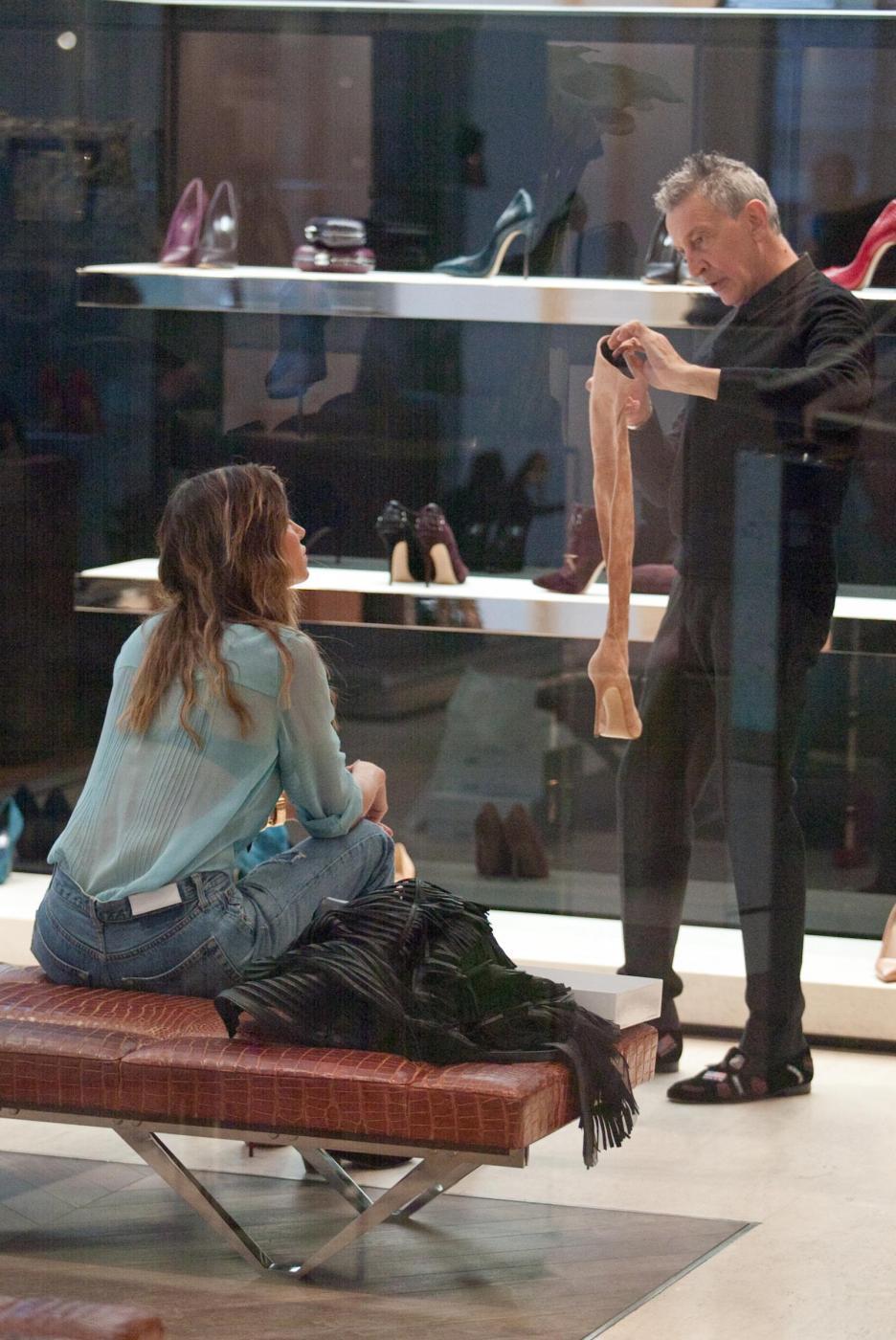 Belen e Cecilia Rodriguez, shopping insieme in via Montenapoleone23