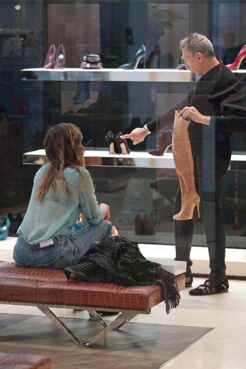 Belen e Cecilia Rodriguez, shopping insieme in via Montenapoleone24