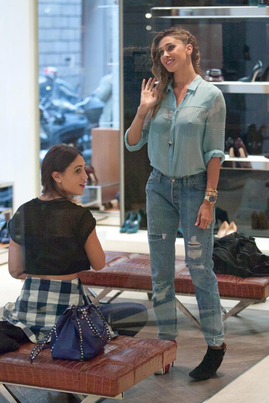 Belen e Cecilia Rodriguez, shopping insieme in via Montenapoleone27
