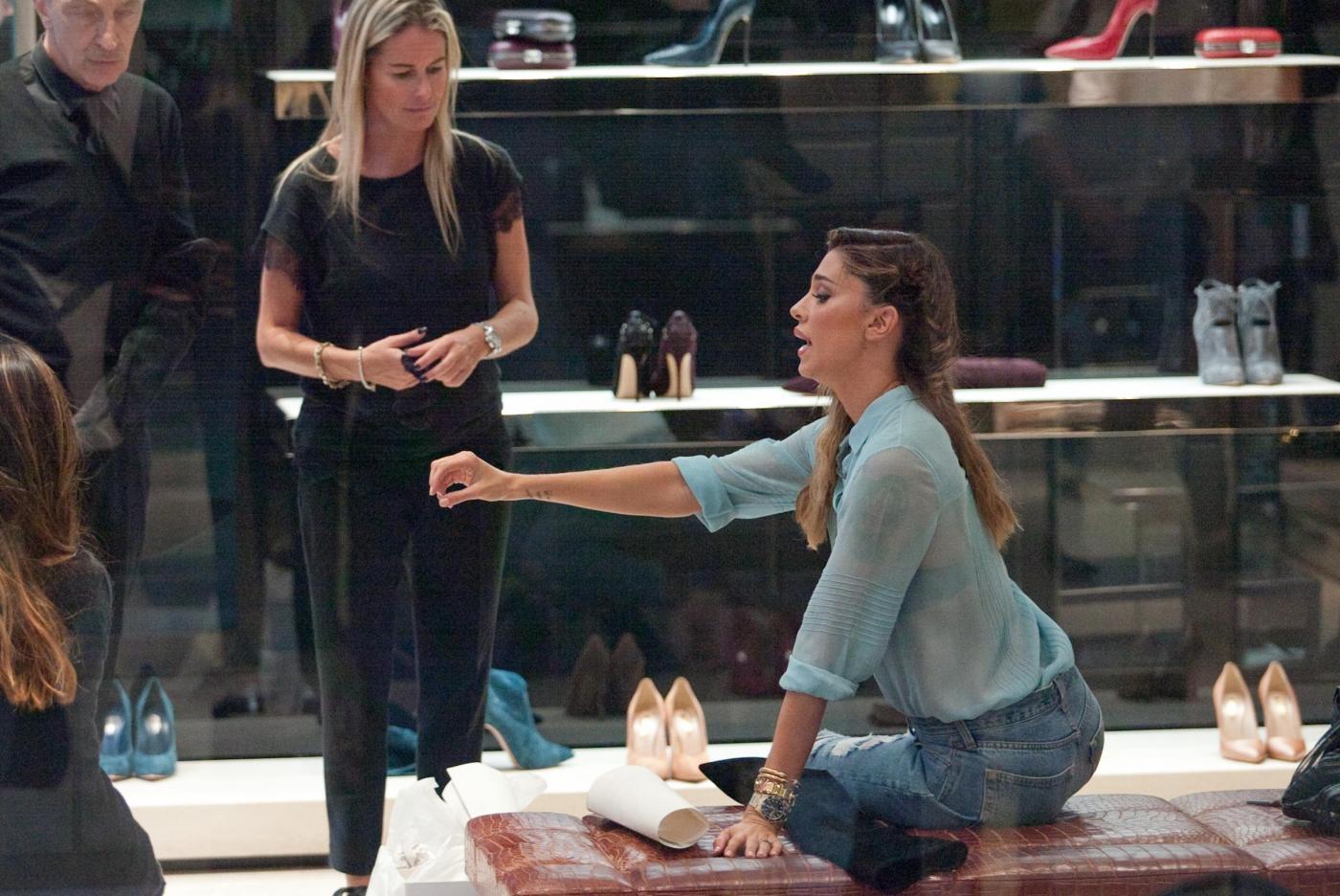 Belen e Cecilia Rodriguez, shopping insieme in via Montenapoleone36
