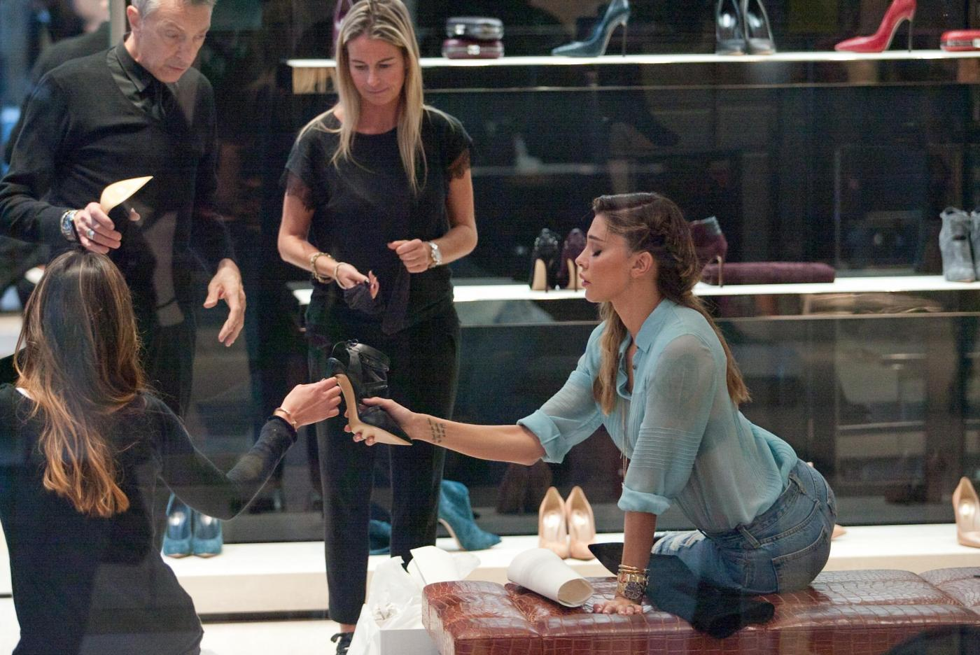 Belen e Cecilia Rodriguez, shopping insieme in via Montenapoleone37