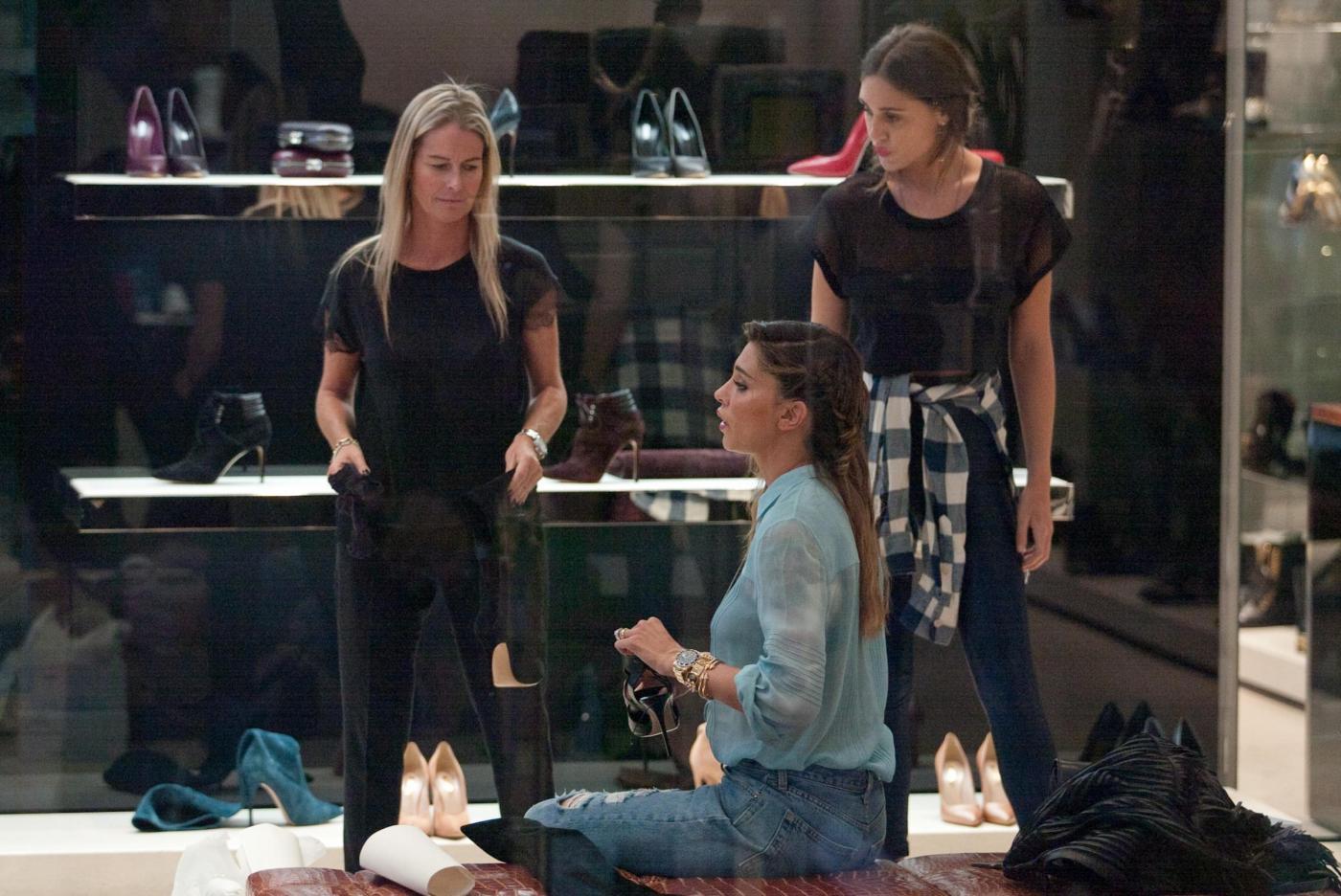 Belen e Cecilia Rodriguez, shopping insieme in via Montenapoleone38