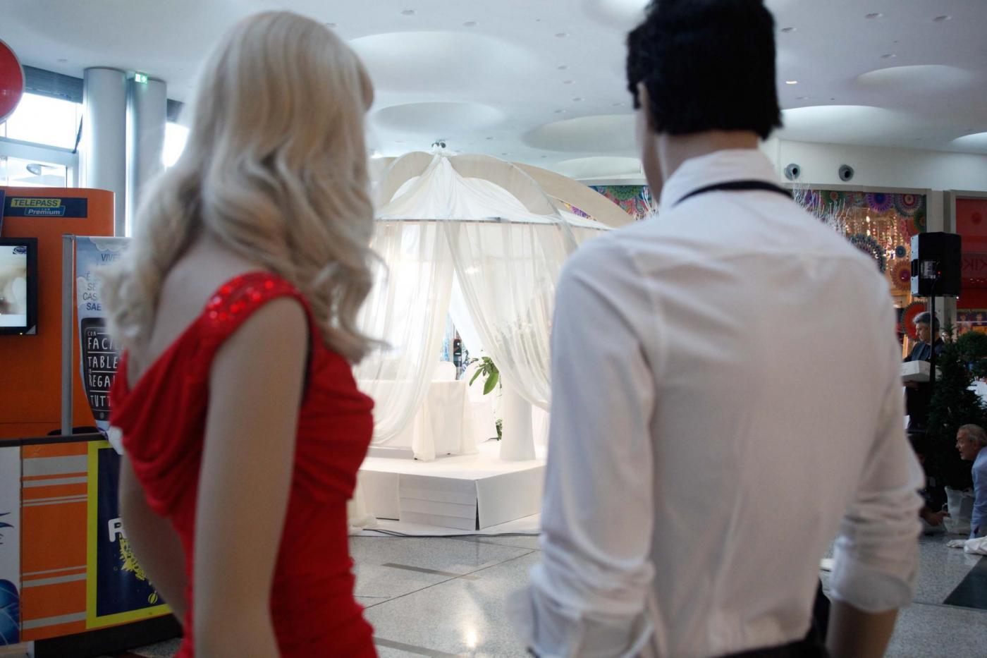 Si sposano nel centro commerciale del primo incontro: è la prima volta in Italia22