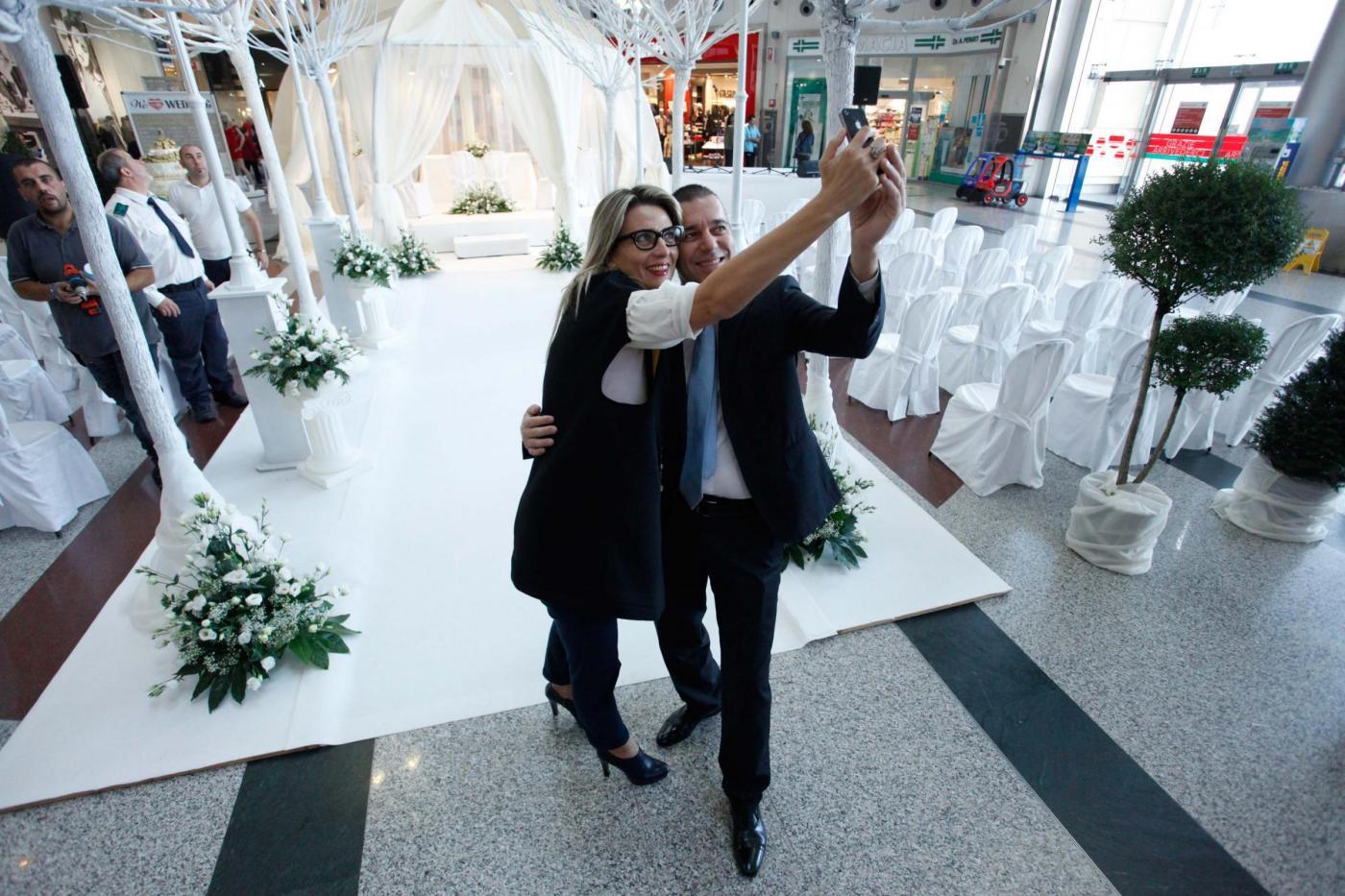 Si sposano nel centro commerciale del primo incontro: è la prima volta in Italia19