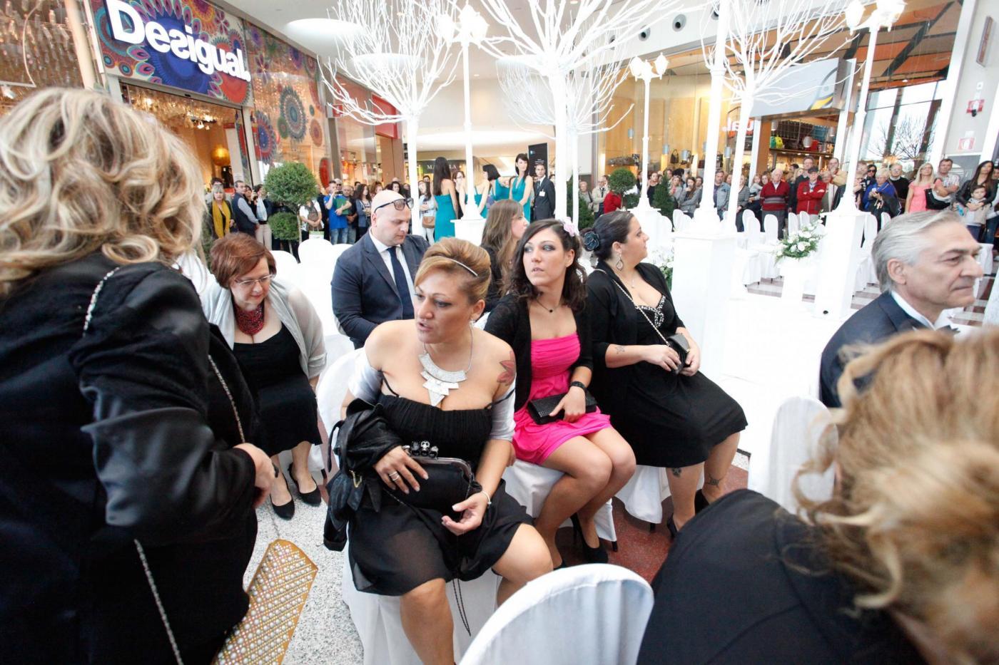 Si sposano nel centro commerciale del primo incontro: è la prima volta in Italia10