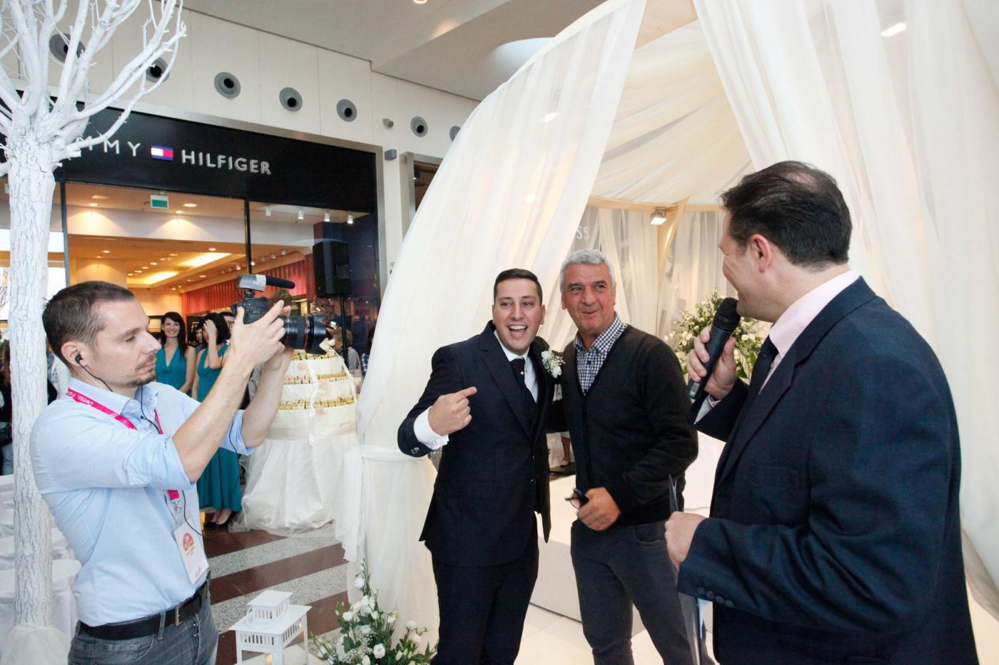 Si sposano nel centro commerciale del primo incontro: è la prima volta in Italia08