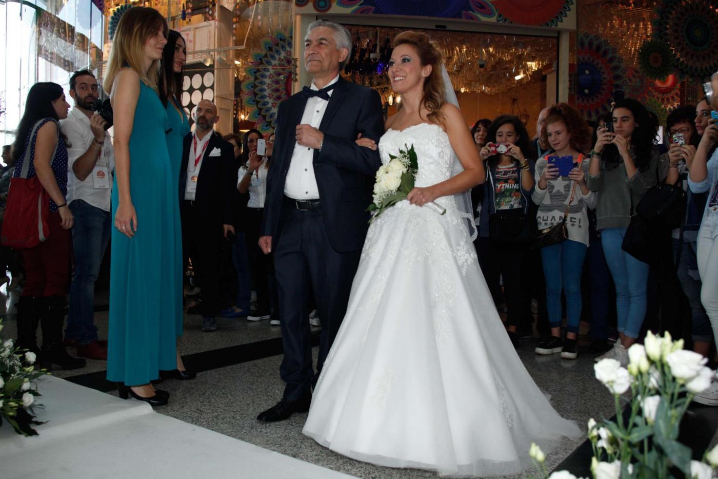 Si sposano nel centro commerciale del primo incontro: è la prima volta in Italia06