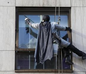 Batman e Spiderman puliscono le finestre dell'ospedale dei bambini 08