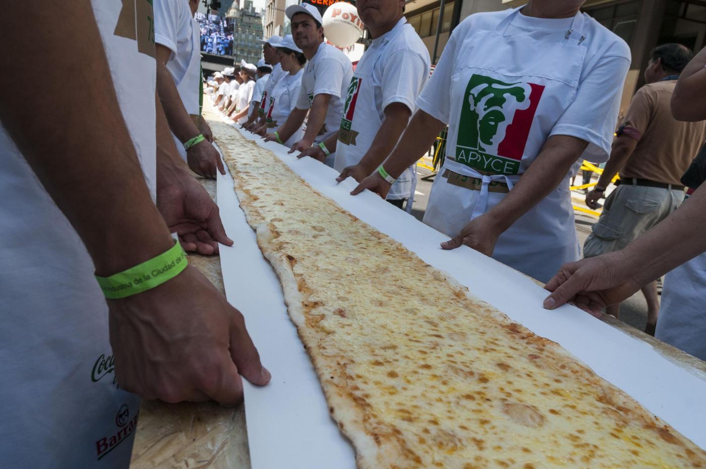 Buenos Aires, la pizza lunga 50 metri venduta per beneficenza10