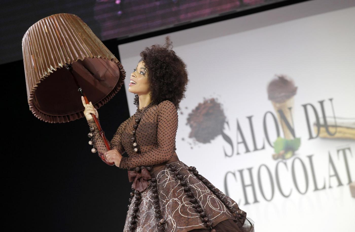 Parigi, gli abiti di cioccolato: dopo la sfilata vengono mangiati04