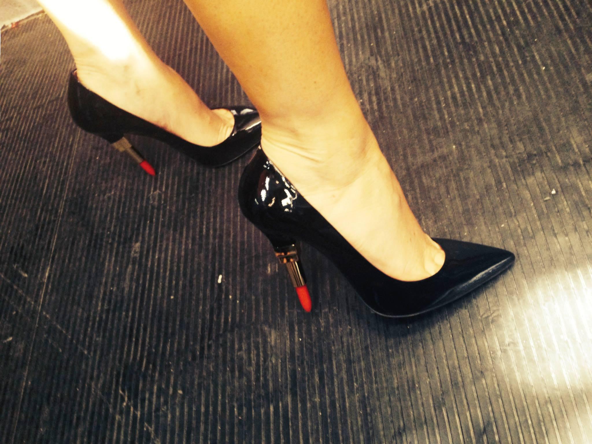 Laura Pausini indossa scarpe con tacco a forma di rossetto (FOTO)