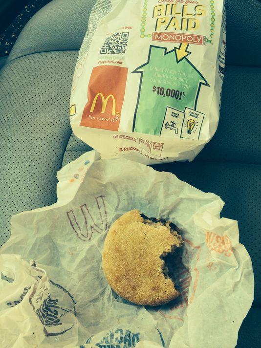Usa, ordina panino al McDonald's: gli danno muffin per metà già mangiato FOTO