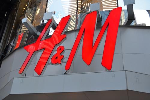 """H&M: """"Lavoratori sfruttati in Cambogia? Immagine imprecisa e non vera"""""""