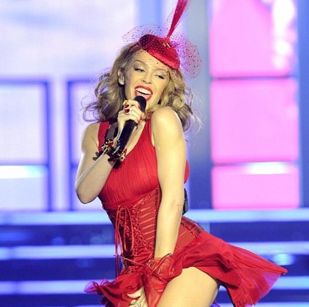 Kylie Minogue più sexy che mai: sul palco sceglie il look total rouge (FOTO)