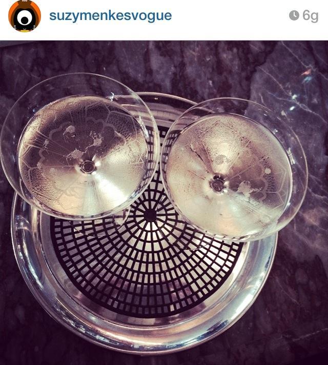 Kate Moss: brindisi nelle coppe di champagne... modellate sul suo seno