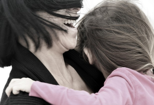 Sardegna: lascia figlia da sola a casa pochi giorni, le tolgono la custodia