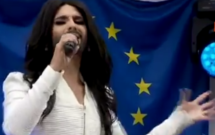 Conchita Wurst canta a Europarlamento per i diritti e i matrimoni gay