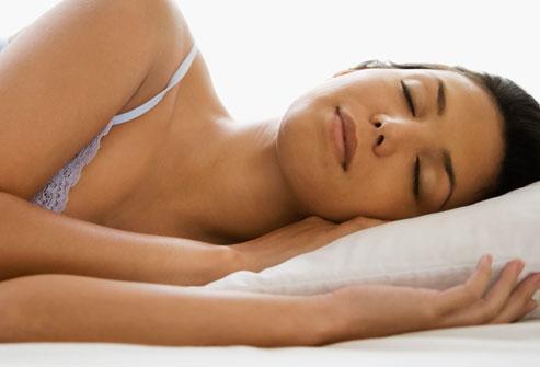 Dormire se si soffre di reflusso: 7 cibi da evitare sera
