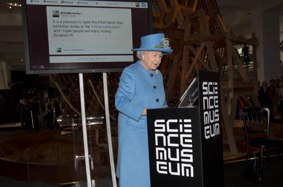 Regno Unito: la regina Elisabetta manda il suo primo tweet (FOTO)