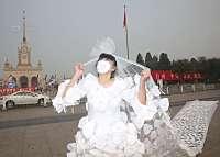 Cina, abito da sposa fatto con 999 mascherine: è una protesta contro smog (FOTO)